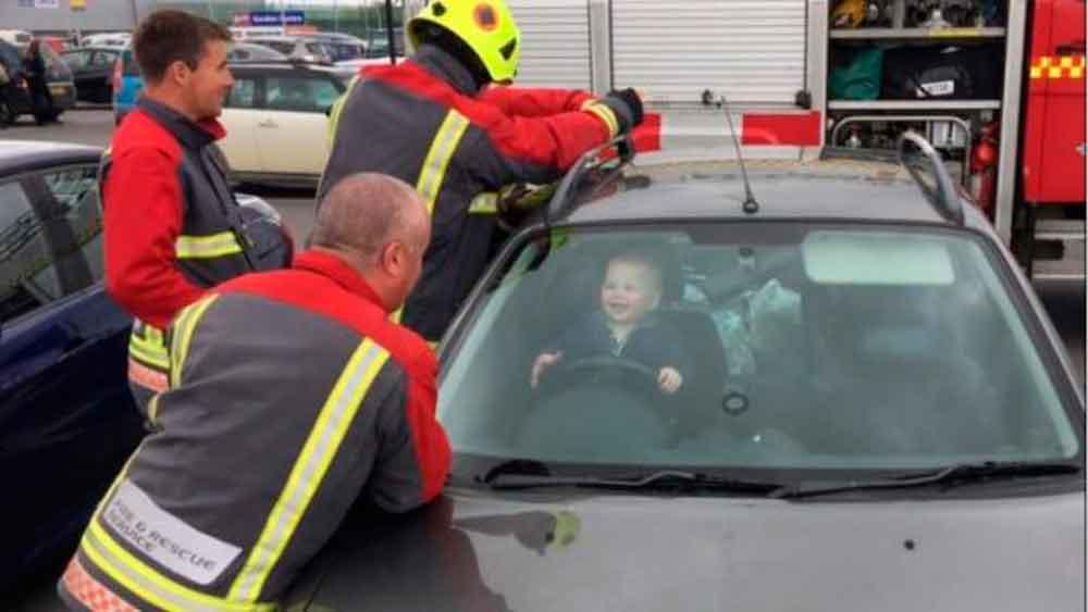 La divertida cara de un bebé al ser rescatado por bomberos