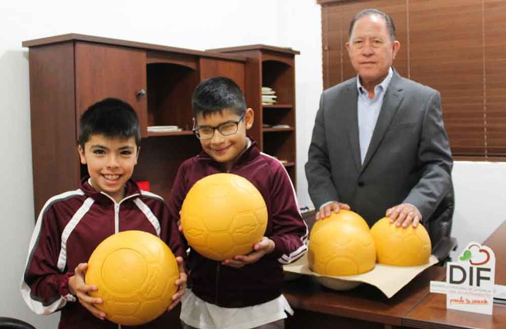 Entrega Presidente de DIF Tecate apoyos deportivos a escuelas