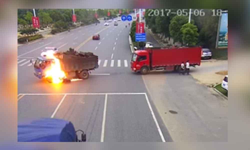 Motociclista se impacta contra un camión y arde en llamas