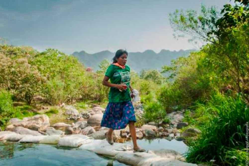 Mujer tarahumara gana ultramaratón en México corriendo en sandalias