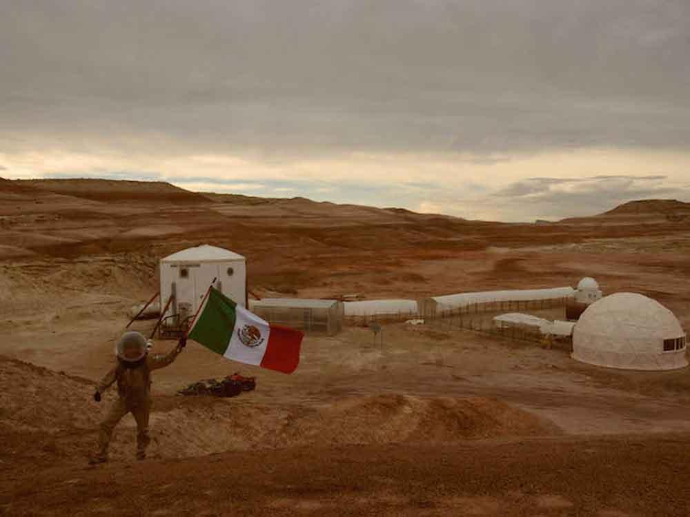 """Estudiante de la UNAM ondea bandera de México en """"Marte"""""""
