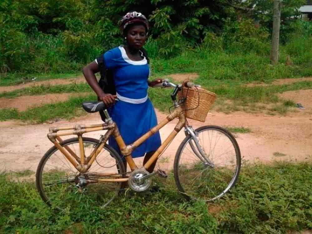 Joven crea bicicletas de bambú para que niños vayan a la escuela