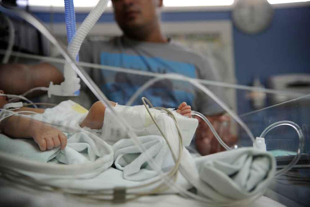 Recién nacida sufre una golpiza atroz por su propia madre