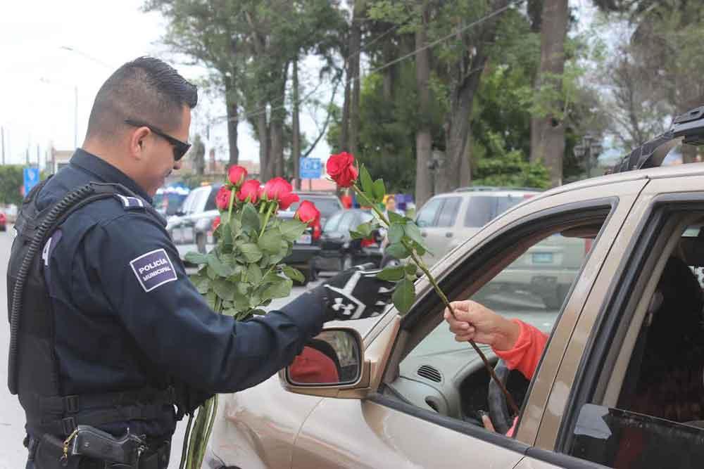 """Operativo """"Día de las Madres"""" regala  rosas a mamás tecatenses"""