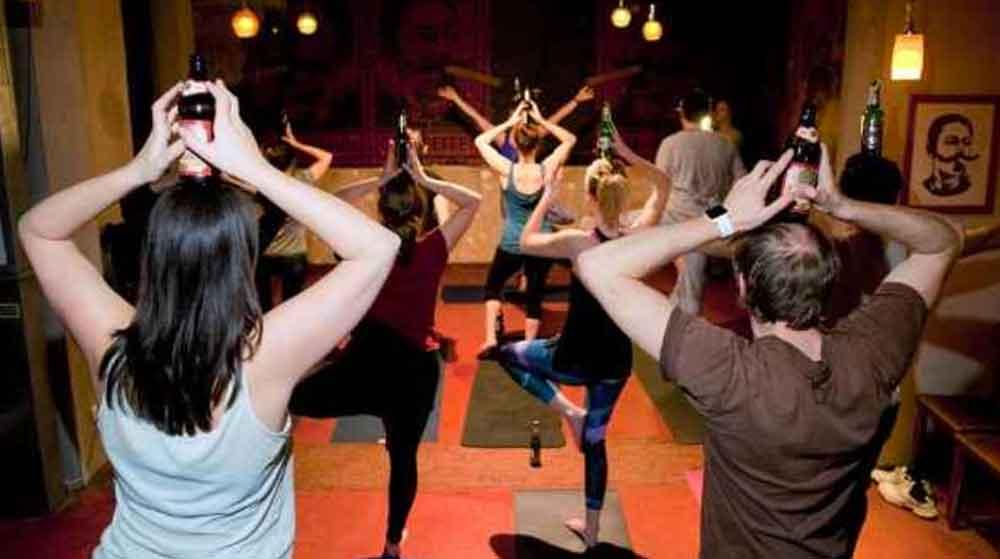 Beer yoga: tomar cerveza y hacer posturas de yoga, ¿Lo intentarías?