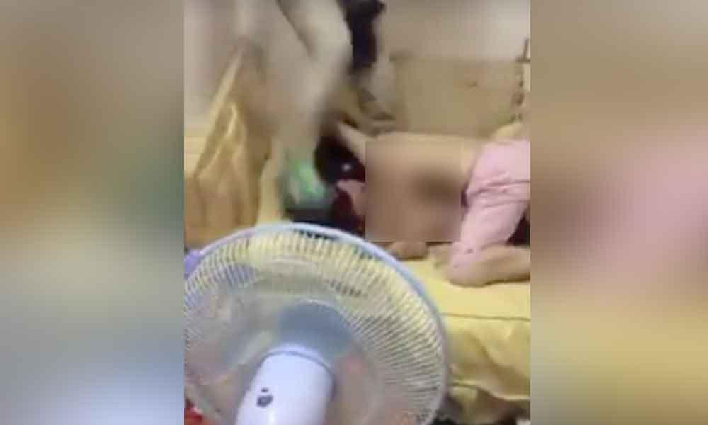 Hombre descubre a su hija semidesnuda en la cama con su novio