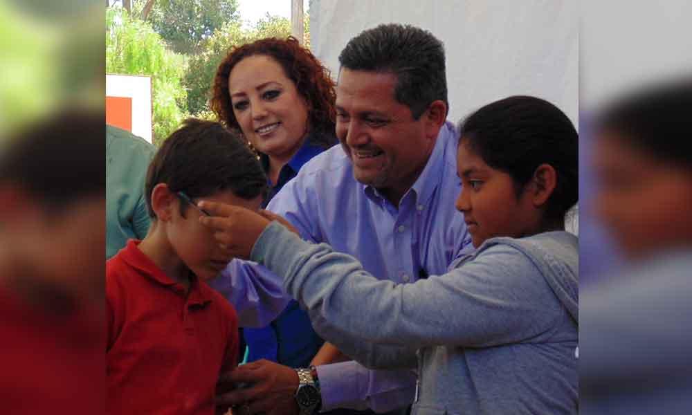"""Entregan lentes del programa """"Ver bien para aprender mejor"""" en Tecate"""