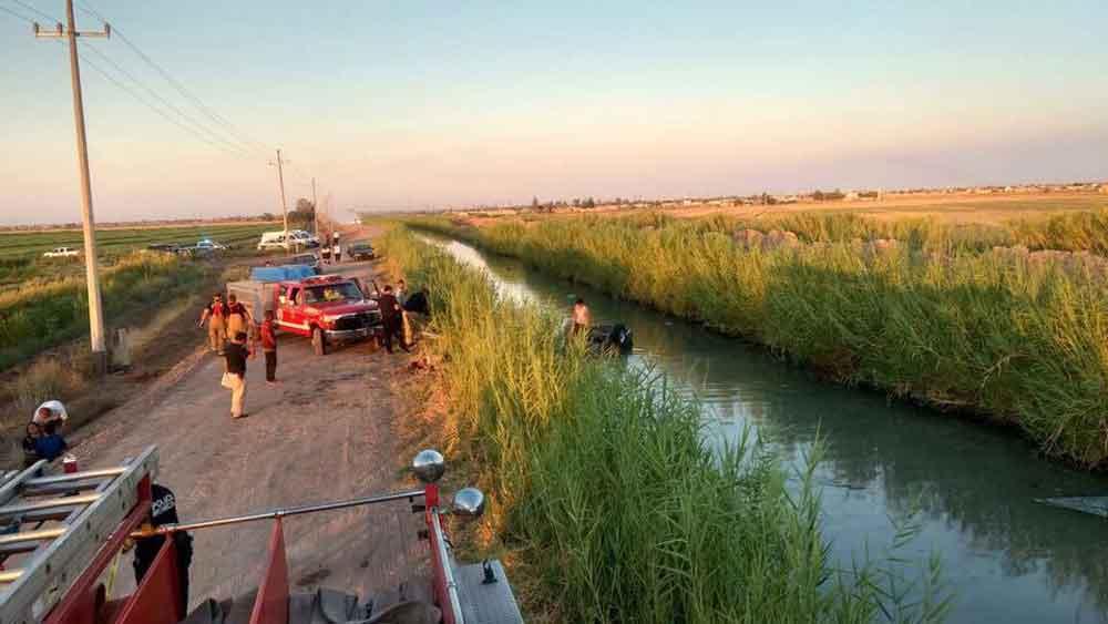 Mueren tres adultos y un niño al caer un auto a un canal
