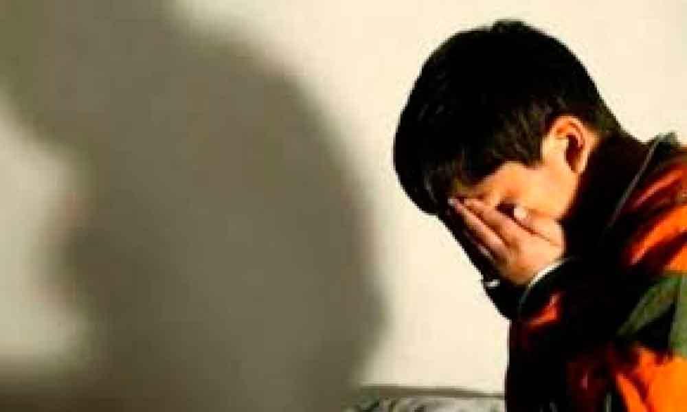 Niño de 7 años es abusado sexualmente en baño de escuela