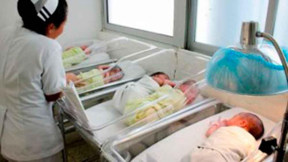 ¡Confunden a la cigüeña! Cambian a 2 bebés en clínica del IMSS; madres demandan