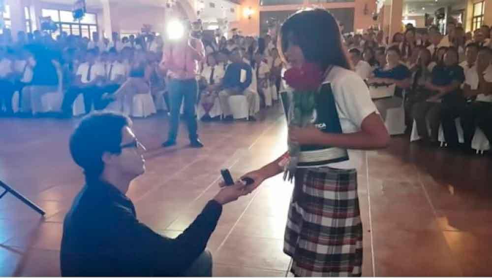 De las aulas al altar: proponen matrimonio a joven en plena graduación de la preparatoria