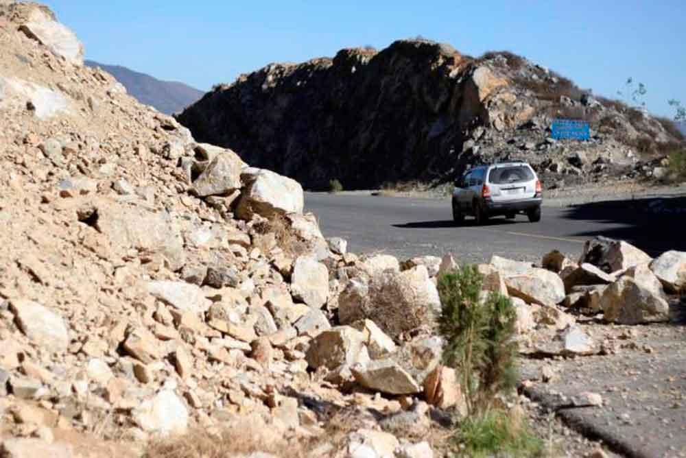 Piden no usar el libramiento Ensenada; rocas podrían aplastar a quien transite la vialidad