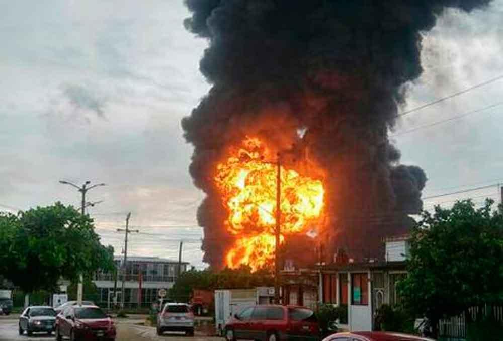 Registran fuerte incendio en refinería de Pemex