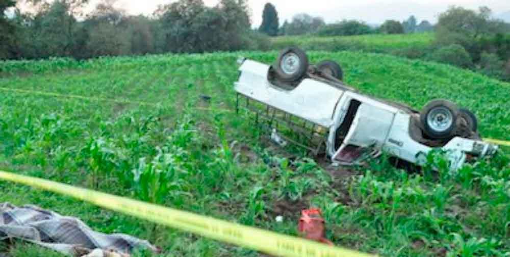 Fatal volcadura deja un muerto y catorce heridos; entre ellos 8 niños