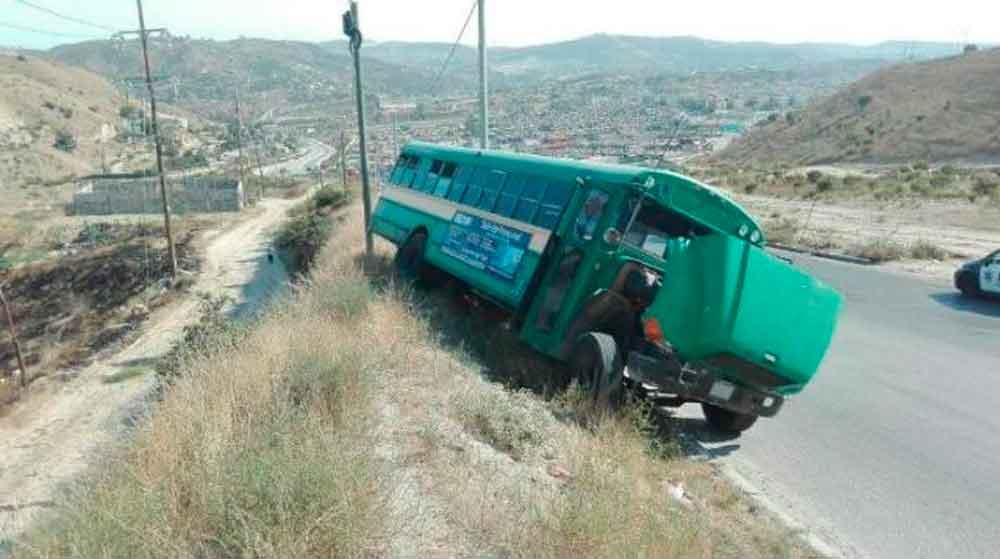 6 pasajeros heridos al fallar frenos de camión en Tijuana