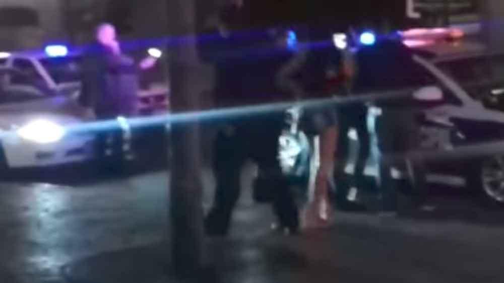 """Mujeres ebrias atacan a policías afuera de """"El Copeo"""" en Tijuana"""