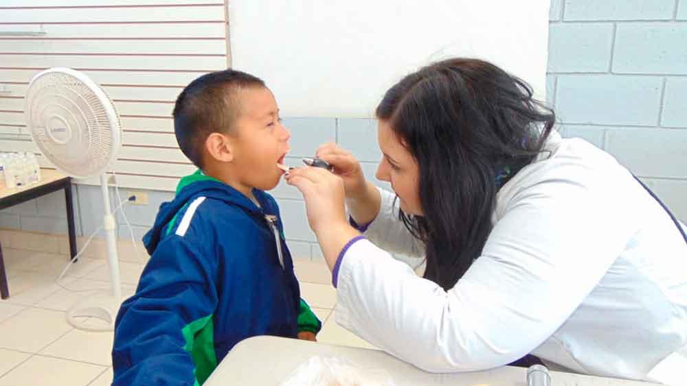 Exhortan a padres de familia a adoptar hábitos saludables para sus hijos