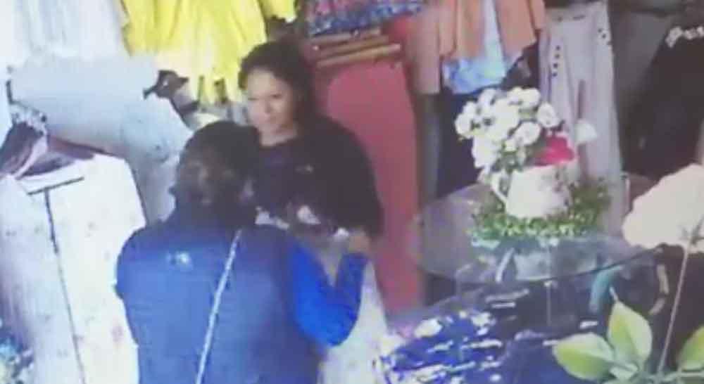 No creerás como dos mujeres roban prendas de una boutique en Tijuana