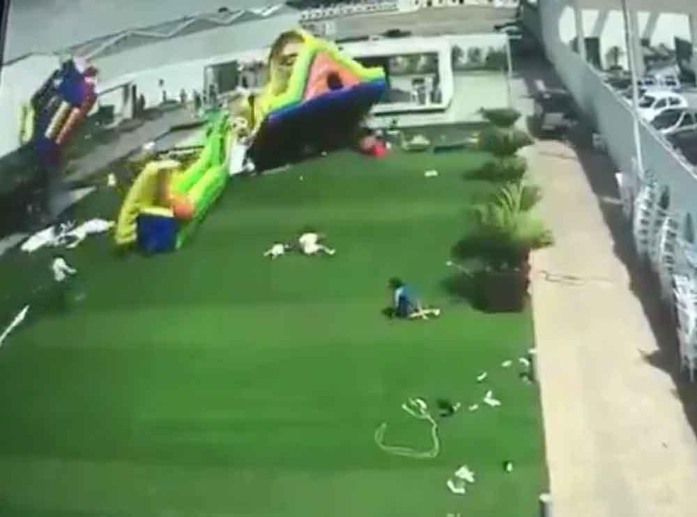 Por fuerte ventarrón, juego inflable sale volando con todo y niños