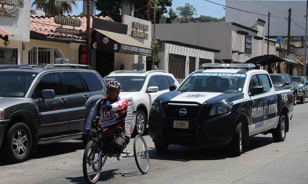 Atleta paralímpico recorre México en silla de ruedas, arribó hoy a Tecate