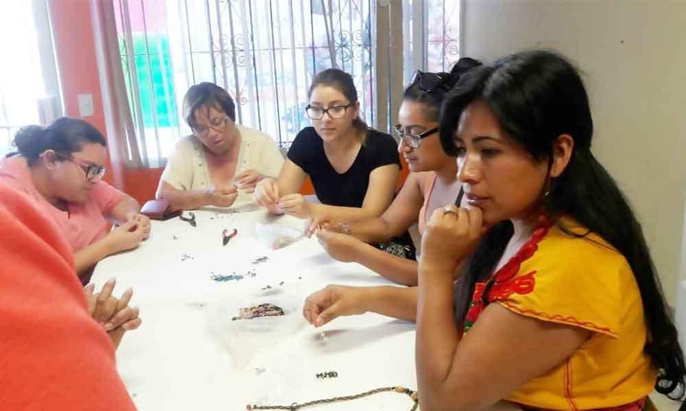 Inicia Regidora Judith Armenta talleres de bisutería y artesanías