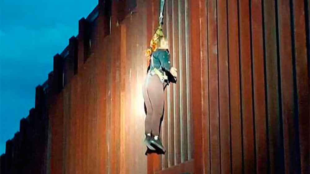 Polleros dejan a mujer colgada en muro fronterizo