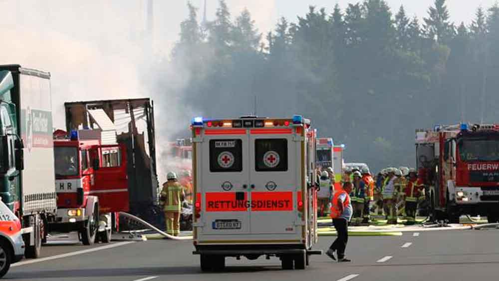 Tragedia: Al menos 18 muertos tras chocar un camión y un autobús
