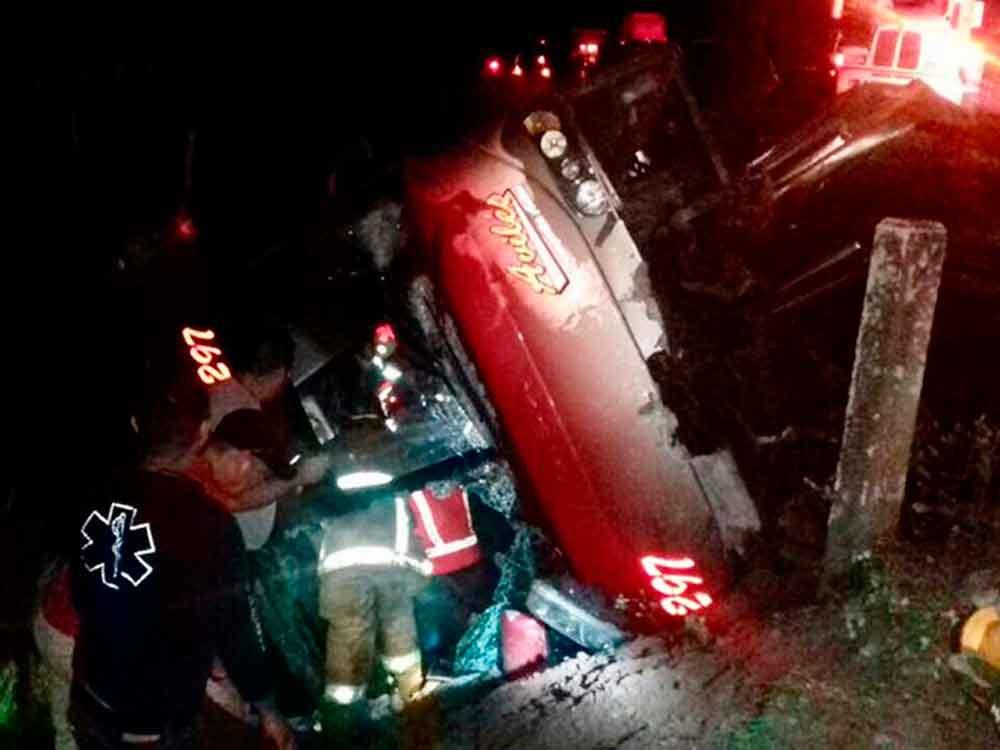 Vuelca camión con 33 pacientes del IMSS