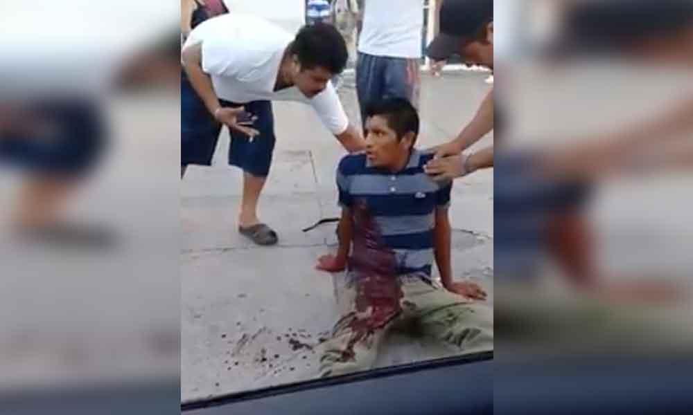 Captan últimos momentos de vida de un hombre tras ser apuñalado en plena vía pública