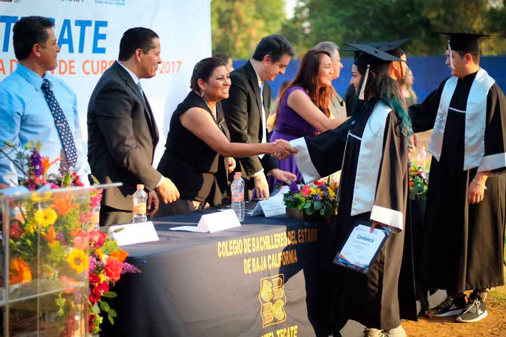 Asiste alcaldesa a ceremonia de fin de cursos del plantel Cobach Tecate