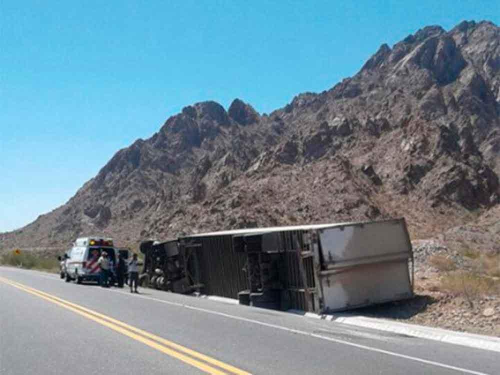 Hombre muere aplastado al volcar un tráiler en carretera; el conductor se quedó dormido