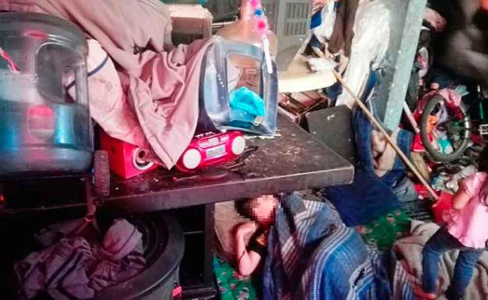 Rescatan a 4 niños que vivían entre la basura; su madre no los cuidaba