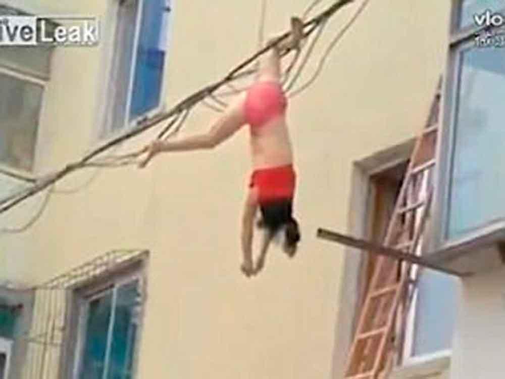 Trató de huir de la casa de su amante y acabó colgada de cables de luz