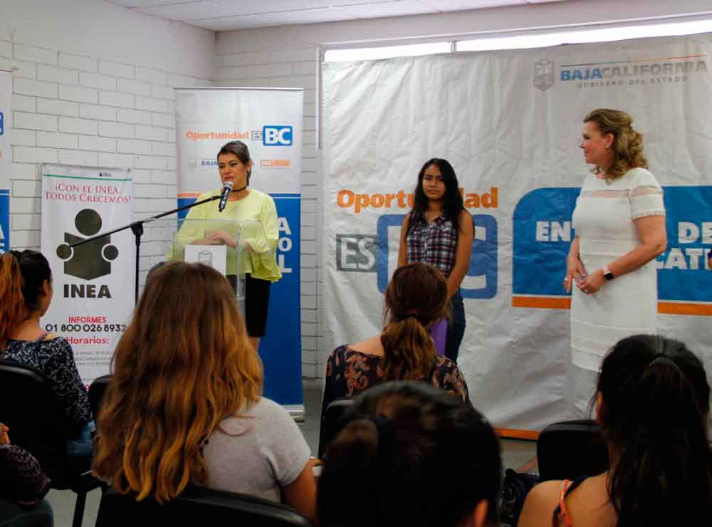 Entregan apoyos educativos a mujeres jóvenes y embarazadas