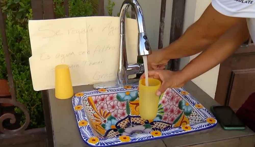 Familia regala agua para ayudar a mitigar el intenso calor
