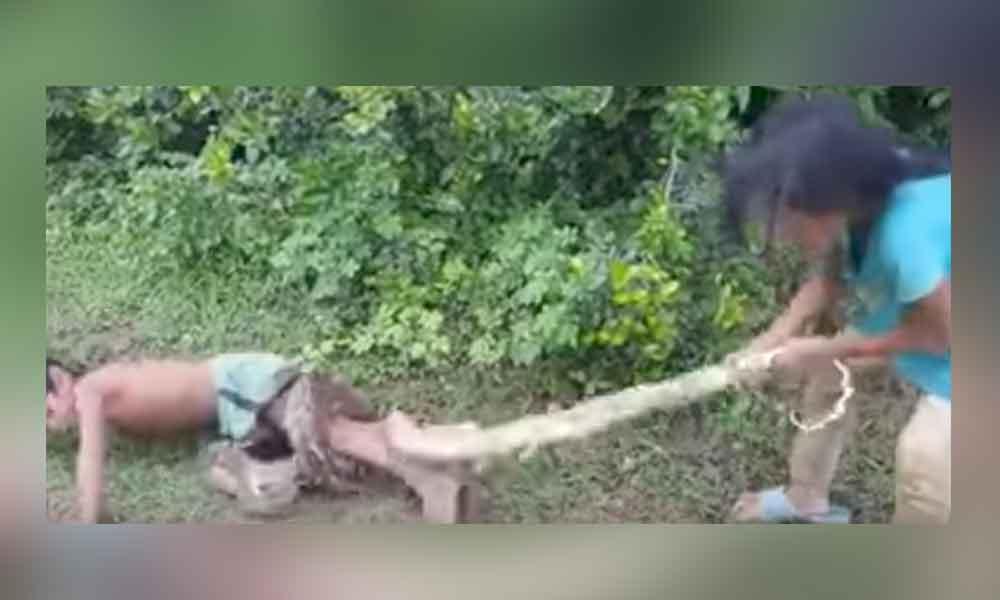 Esto es lo que hacen dos niños para poder comer en Asia