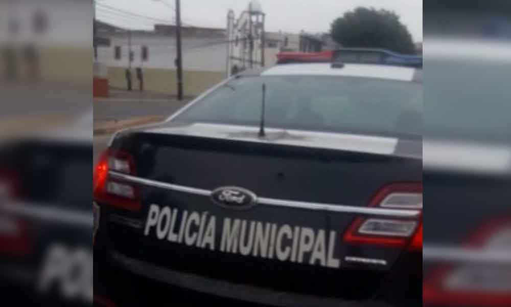 "Sorprenden a policía ""amanecido"" en patrulla en Ensenada"