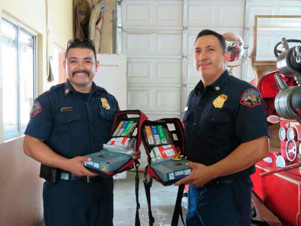 Fundación La Puerta donó desfibriladores a Bomberos de Tecate
