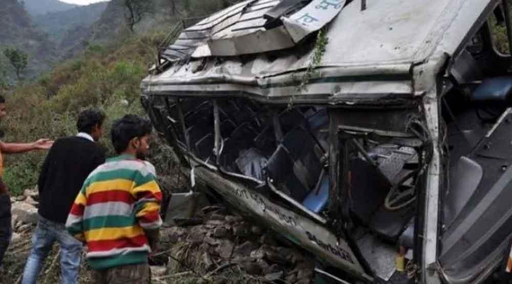Autobús cae a barranco provocando la muerte de 28 personas