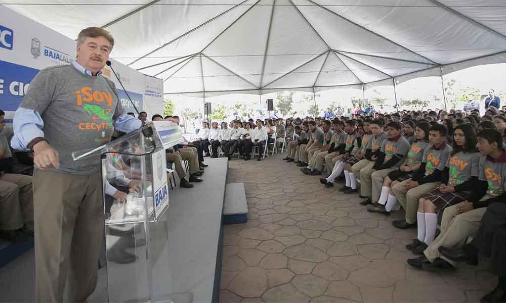 Reconoce Gobernador Francisco Vega a padres de familia por su compromiso con la educación
