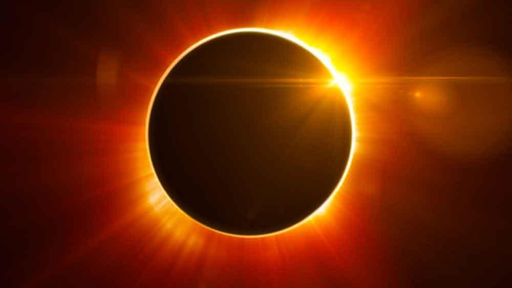 Personas trataron de ver el eclipse poniendo protector solar en los ojos