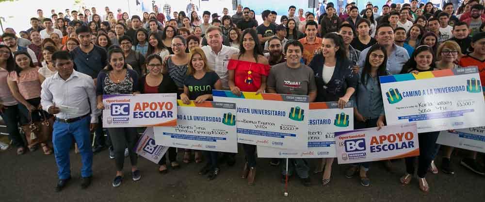 Entrega Gobernador de BC apoyos económicos a jóvenes universitarios