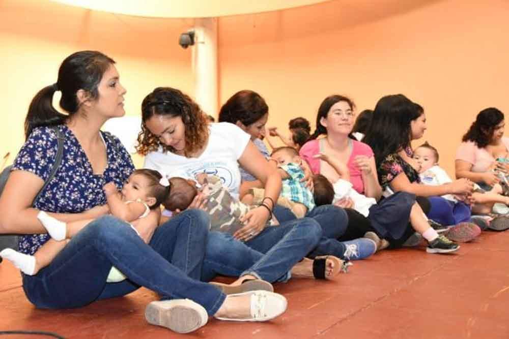 Decenas de mujeres se reúnen en plaza de Mexicali para amamantar a sus bebés