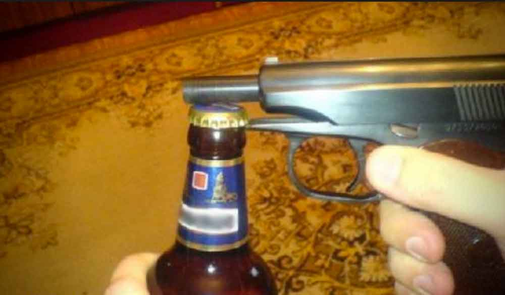 Muere al intentar abrir una cerveza con una pistola
