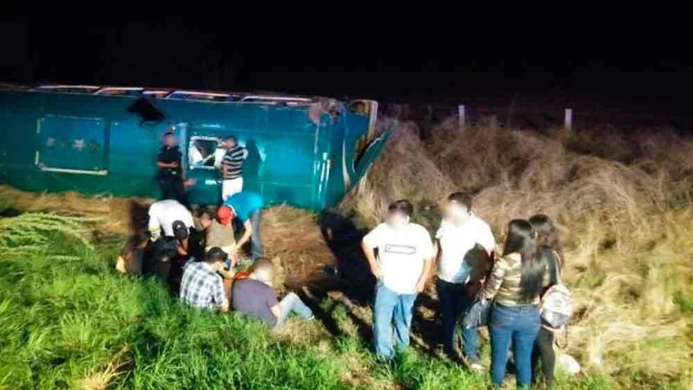 45 heridos tras fuerte volcadura de autobús