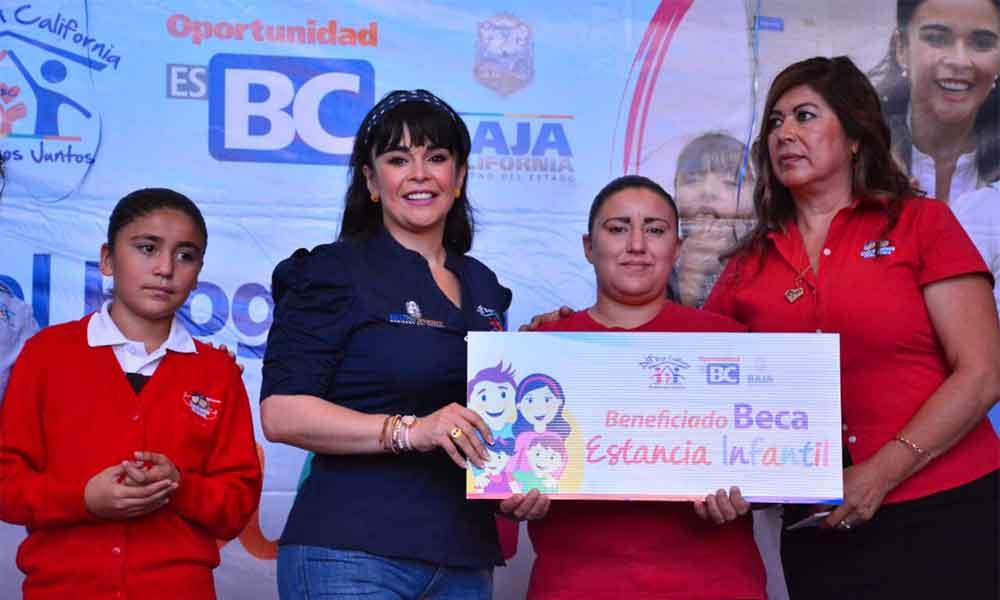 Entrega Presidenta de DIF Baja California becas de estancias infantiles en Tijuana