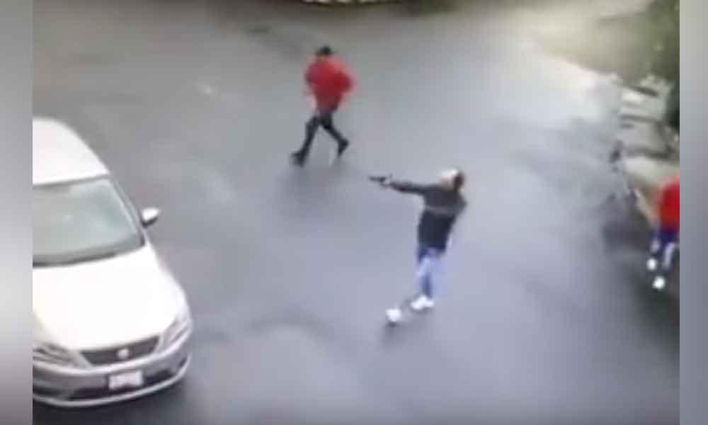 Capta el momento en que 3 sujetos roban auto a mujer
