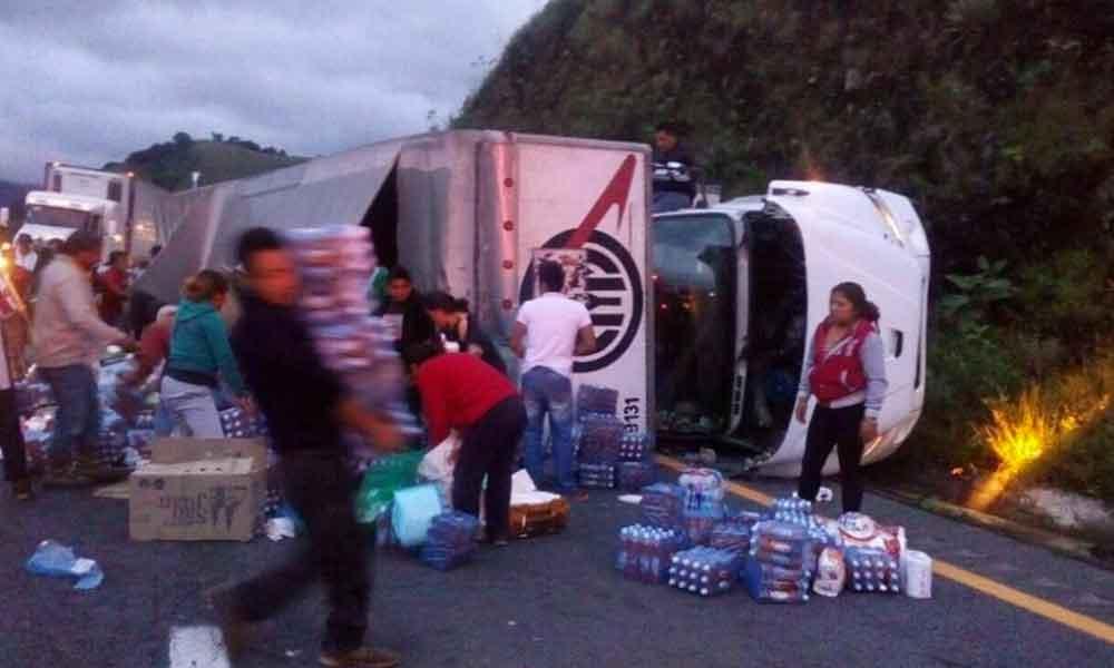 Vuelca camión con víveres para damnificados por sismo; rapiña acaba con todo