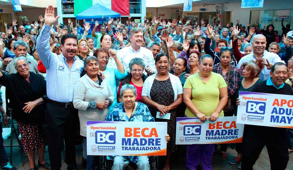 Entrega Gobernador de BC becas a adultos mayores y madres trabajadoras