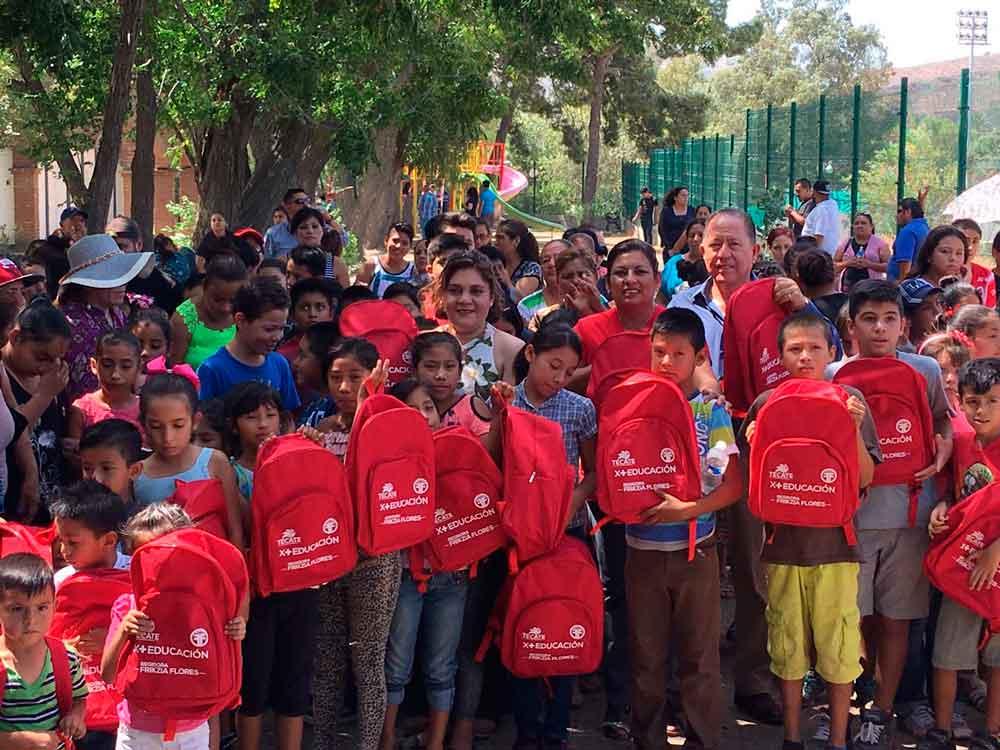 Entrega Ayuntamiento de Tecate más de 500 mochilas y útiles escolares